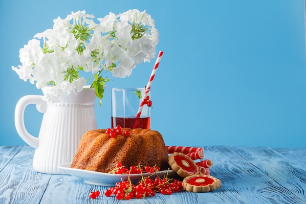 Bak ringcake met poedersuiker, versierd met witte bloemen