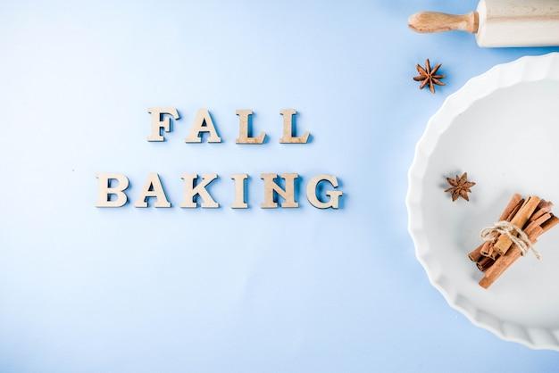 Bakconcept met witte bakselschotel, deegrol, kruid voor het bakken, op een lichtblauwe achtergrond, de hoogste ruimte van het meningsexemplaar
