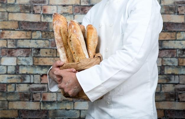Baker dat traditionele brood franse baguettes houdt