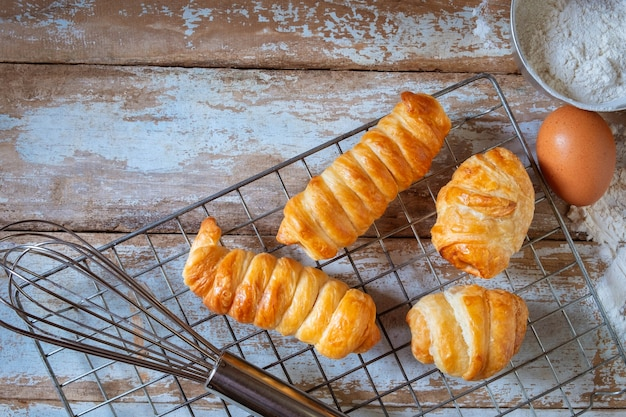 Baker koken brood op houten achtergrond