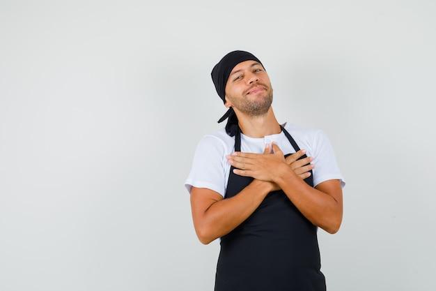 Baker man blij met compliment of cadeau in t-shirt