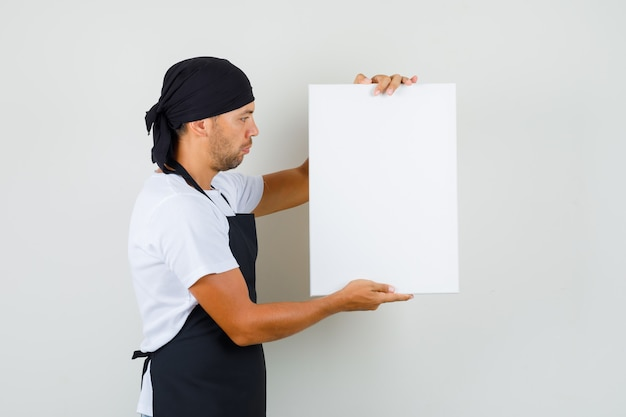 Baker man met leeg canvas in t-shirt