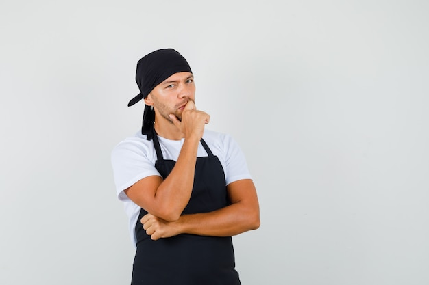 Baker man permanent in denken pose in t-shirt