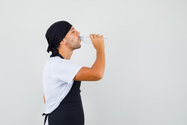 Baker man zoet water drinken in t-shirt