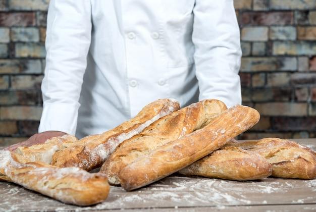 Baker met traditionele brood franse baguettes