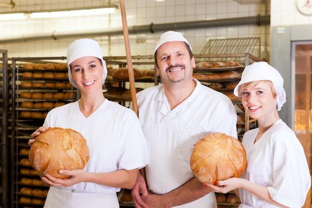 Baker met zijn team in bakkerij