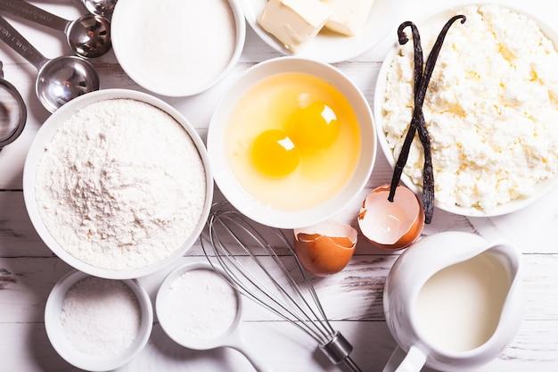 Bakingrediënten voor cottage cake op tafel