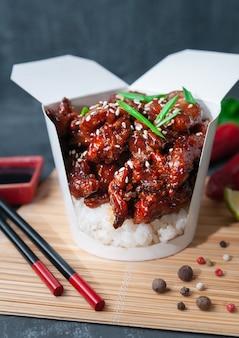 Bakje voor wok kipfilet met rijst en hoisinsaus