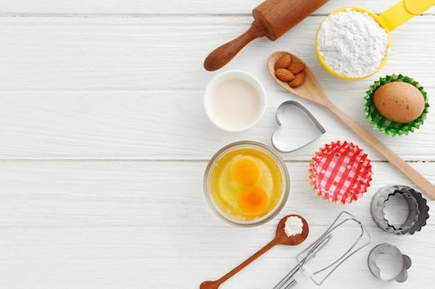 Bakken achtergrond met bakken ingrediënten en gebruiksvoorwerpen
