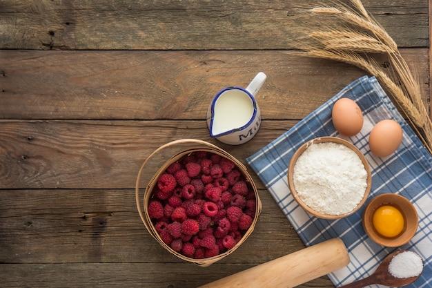 Bakken concept, bakken ingrediënten. ingrediënten voor het bakken van cake, koekjes, brood of gebak. kader van het koken van keukengerei en voedsel Premium Foto