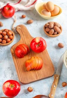 Bakken concept herfst appeltaart. bekijk van bovenaf op de keukentafel