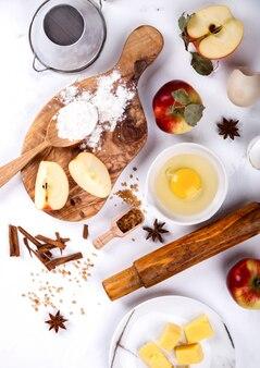Bakken concept. ingrediënten voor het bakken van appeltaart