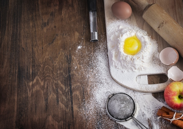 Bakken concept met rauw ei, meel en appel, lege sjabloon.
