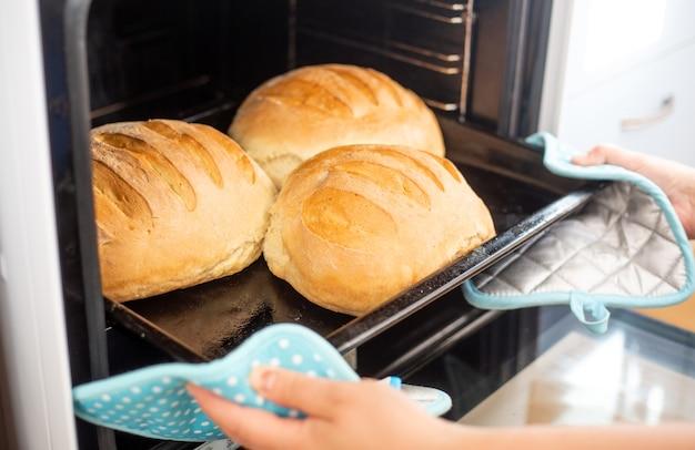 Bakken en bakkerijconcept, zelfgemaakt gebakken traditioneel volkoren vers brood in de oven, gebak