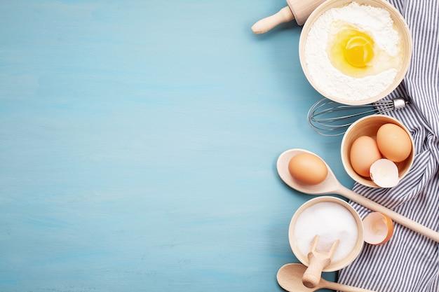 Bakken gebruiksvoorwerpen en koken ingrediënten voor deeg
