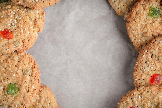 Bakken, havermoutkoekjes in een vlakke stijl op een perkament om in rustieke stijl te bakken.