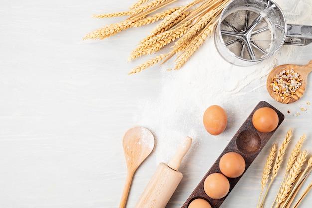 Bakken ingrediënten en keukengerei plat. gezond eten, thuis koken, bakrecepten, online kookblog en klassenconcept. bovenaanzicht