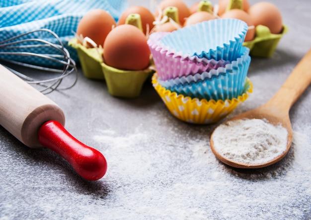 Bakken ingrediënten - meel, eieren en pin