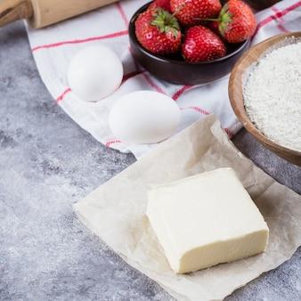 Bakken ingrediënten voor cake, taart, zandkoek gebak: meel, eieren, suiker, boter, deegroller