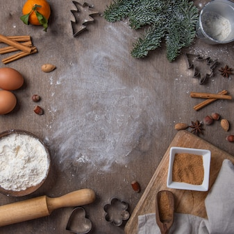 Bakken ingrediënten voor zelfgemaakte koekjes op oude houten achtergrond