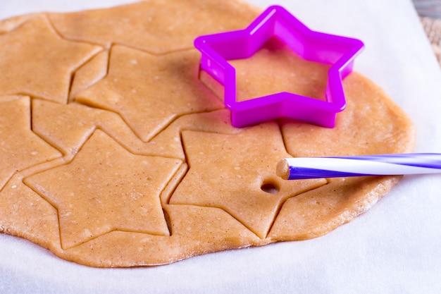 Bakken, koken, kerst en voedsel concept - close-up van peperkoekdeeg
