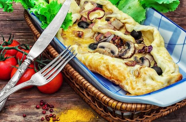 Bakken met deeg met vlees en champignons