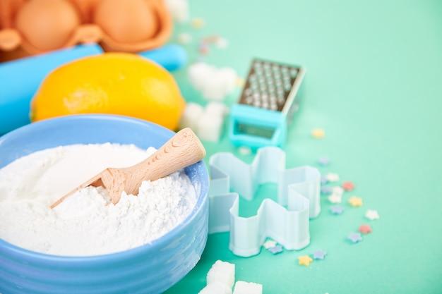 Bakken of koken ingrediënten. bakkerij frame. dessertingrediënten en gebruiksvoorwerpen.