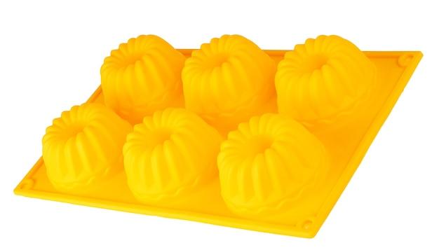 Bakken siliconen cups voor cupcakes of muffins op witte achtergrond