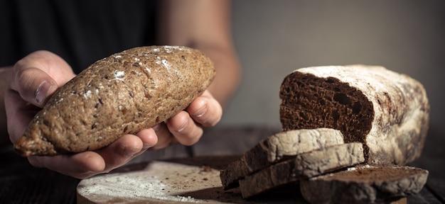 Bakker met vers brood in handen