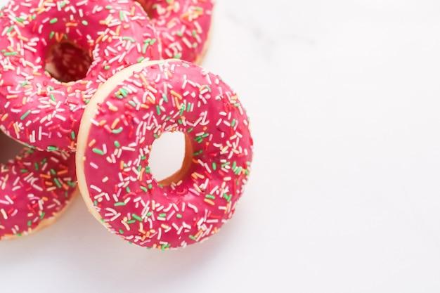 Bakkerij branding en café concept frosted besprenkeld donuts zoet gebak dessert op marmeren tafel achtergrond donuts als smakelijke snack bovenaanzicht voedsel merk plat lag voor blog menu of kookboek ontwerp
