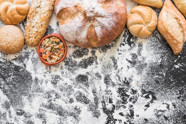Bakkerij en snacks op tafel met bloem