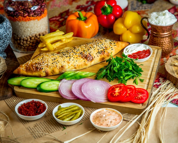Bakkerij met sesambovenste laagje en diverse gesneden groenten