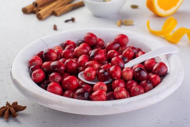 Bakkerijachtergrond met ingrediënten voor het koken van kerstmisbaksel. meel, bruine suiker, cranberry en specerijen bovenaanzicht