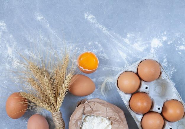 Bakkerijachtergrond met ruwe ingrediënten voor het koken van een pastei