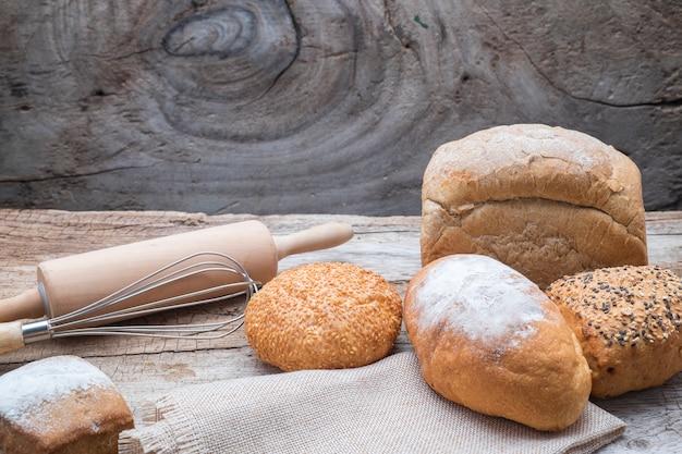 Bakkerijbrood op een houten tafel.