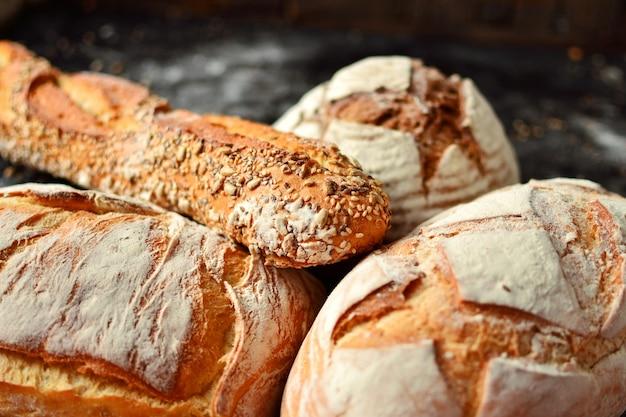 Bakkerijproducten in een rieten mand. rond zelfgebakken brood, lang brood met zaden, veganistisch brood zonder gist