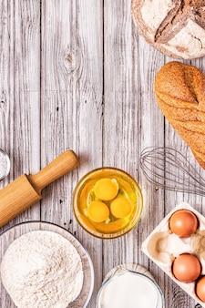 Bakkerijproducten -meel, eieren, melk. bovenaanzicht, kopieer ruimte.