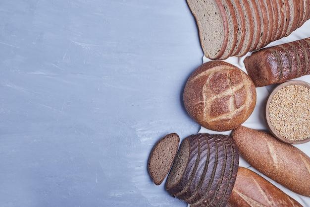 Bakkerijproducten op blauwe tafel.