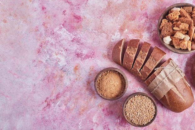 Bakkerijproducten op de roze tafel.