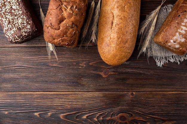 Bakkerijproducten op donker hout.