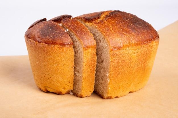 Bakkerijproducten, vers gebakken tarwebrood, sneetjes brood, brood geïsoleerd op wit