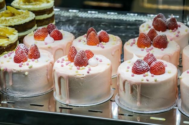 Bakkerijwinkel met verschillende soorten cakes in een vitrine