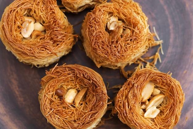 Baklava gemaakt van dun deeg met gehakte noten en honingsiroop, traditionele oosterse zoetigheden