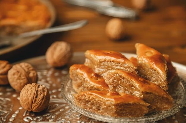 Baklava met noten op een houten achtergrond. selectieve aandacht.