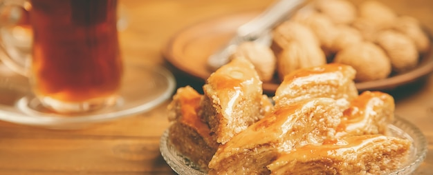 Baklava met noten op hout