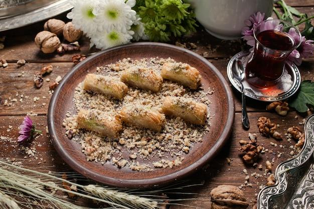 Baklava traditioneel oosters dessert. thee en turks gebak ontbijtconcept