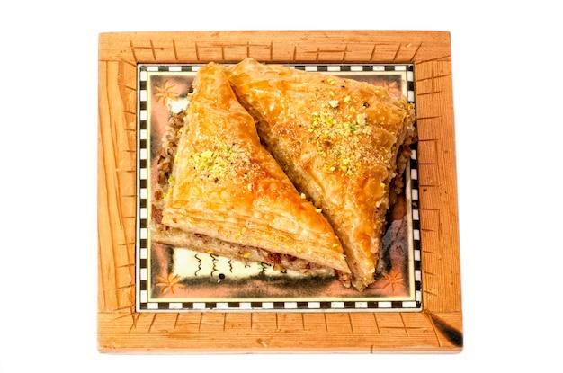 Baklava, traditioneel zoet uit het midden-oosten. geïsoleerd op wit