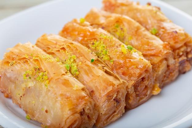 Baklava vers op een bord, baklava geserveerd met pistache