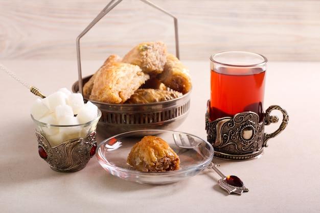 Baklava zoete dessertgebakjes geserveerd met thee