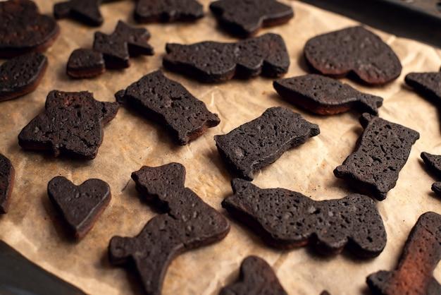 Bakplaat met zwarte verbrande peperkoekkoekjes